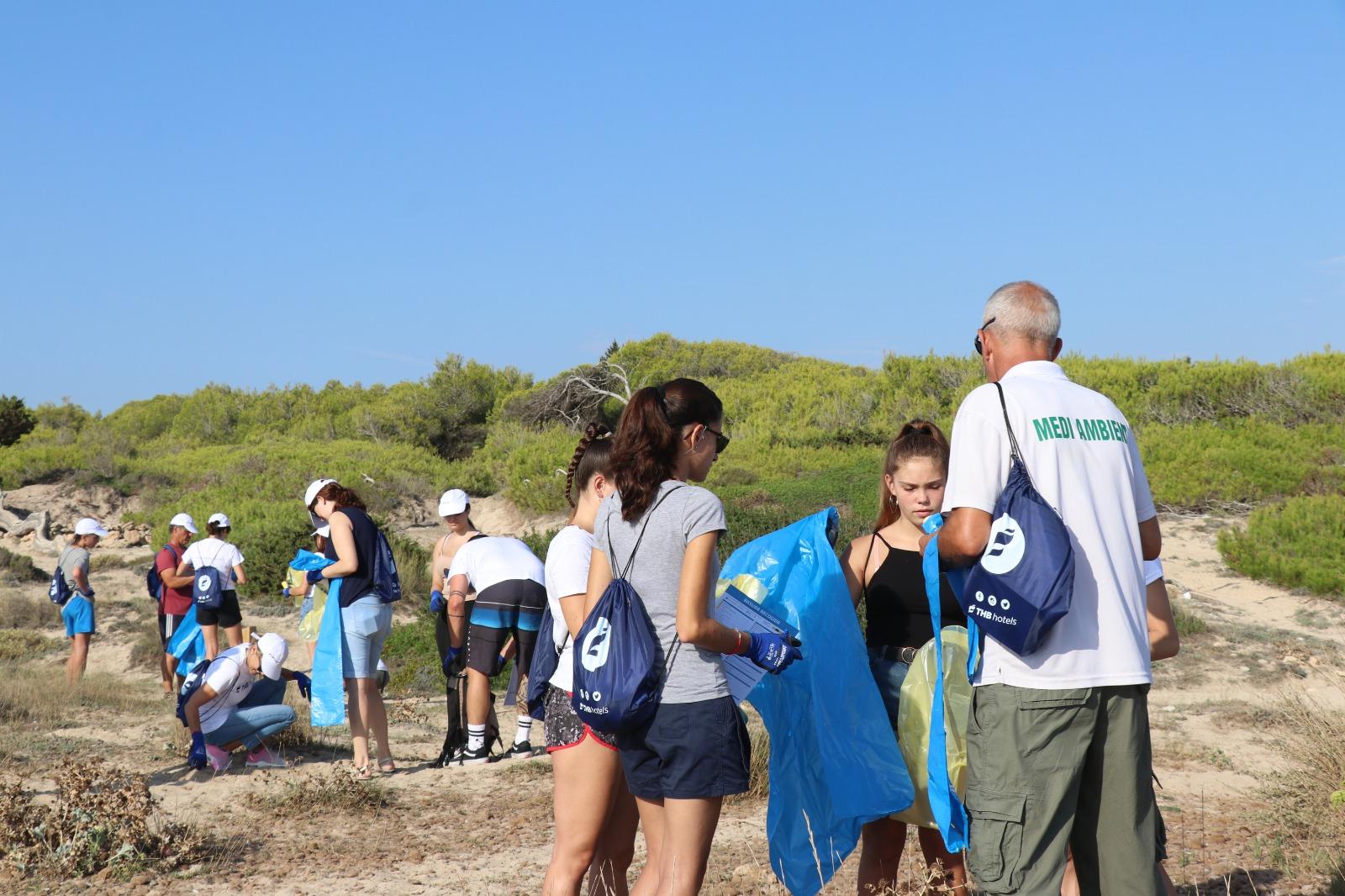 Voluntarios limpieza playa Na Patana, Can Picafort